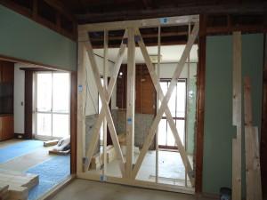 耐力壁として、筋違いや構造用合板を計画的にバランスよく配置する。