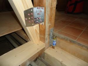 柱頭・柱脚・筋違いは、接合金物を設置して補強する。