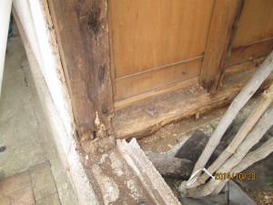バルコニーからの漏水により、柱・土台が腐食した。
