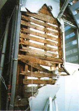 外壁のひび割れより水が浸入し、柱・下地が腐食し倒壊の原因となった。